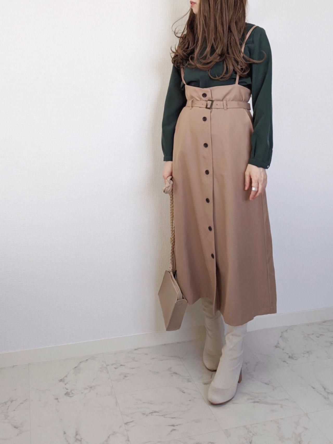 画像: 【Honeys】ブラウス¥1,980(税込)ジャンパースカート平均価格¥2000〜 【Fabby fabby】ブーツ¥8,690(税込) 出典:WEAR