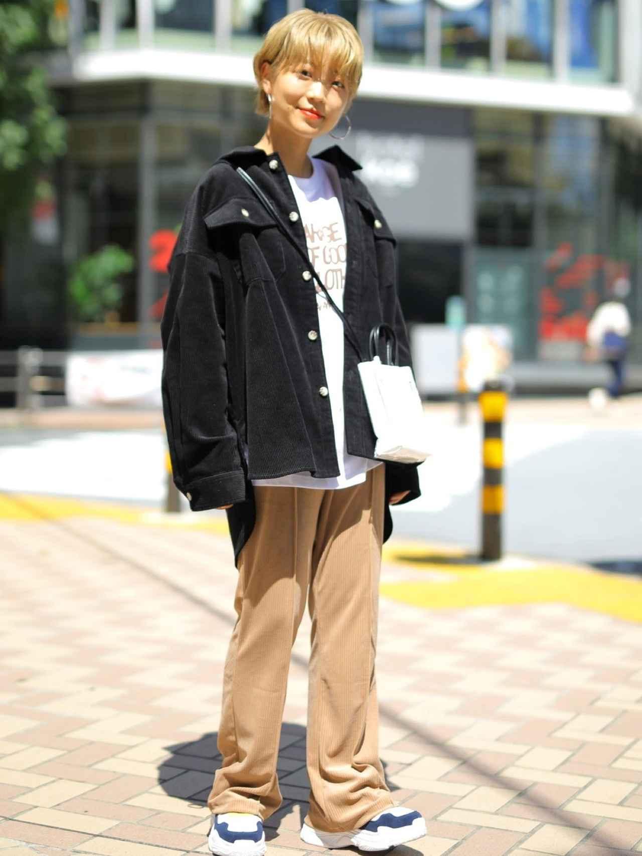 画像: 【koe】ミニトート ¥3,289(税込)シャツジャケット¥5,489(税込)パンツ¥6,589(税込)スニーカー¥6,589(税込) 出典:WEAR