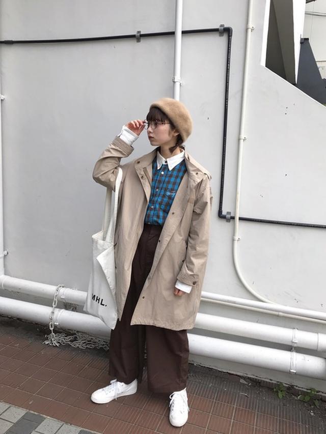 画像: 【FIKA.】ジャケット【TOMMY】チェックシャツ【Chapeau d' O】ベレー帽【niko and...】シャイニーツイルカーゴパンツ¥6,160(税込み)【無印良品】スニーカー 出典:WEAR