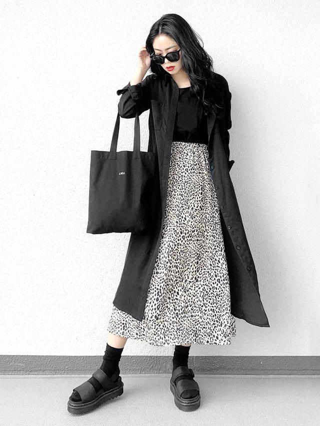 画像: 【Dr.Martens】サンダル¥11,900(税込)【EMODA】Tシャツ¥3,190(税込) 出典:WEAR