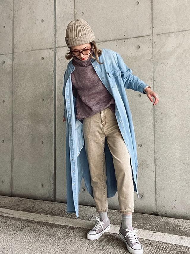 画像: 【SUGAR BISKET】ノーカラーデニムロングシャツ¥4,960(税込み)【14+】イタリア糸タグ付ニット帽¥3,850(税込み)【Shelly island】タートルニットプルオーバー¥6,160(税込み)【primaras】デニムパンツ【Shoes in Closet】厚底ソール!! レースアップ キャンバススニーカー¥3,035(税込み) 出典:WEAR