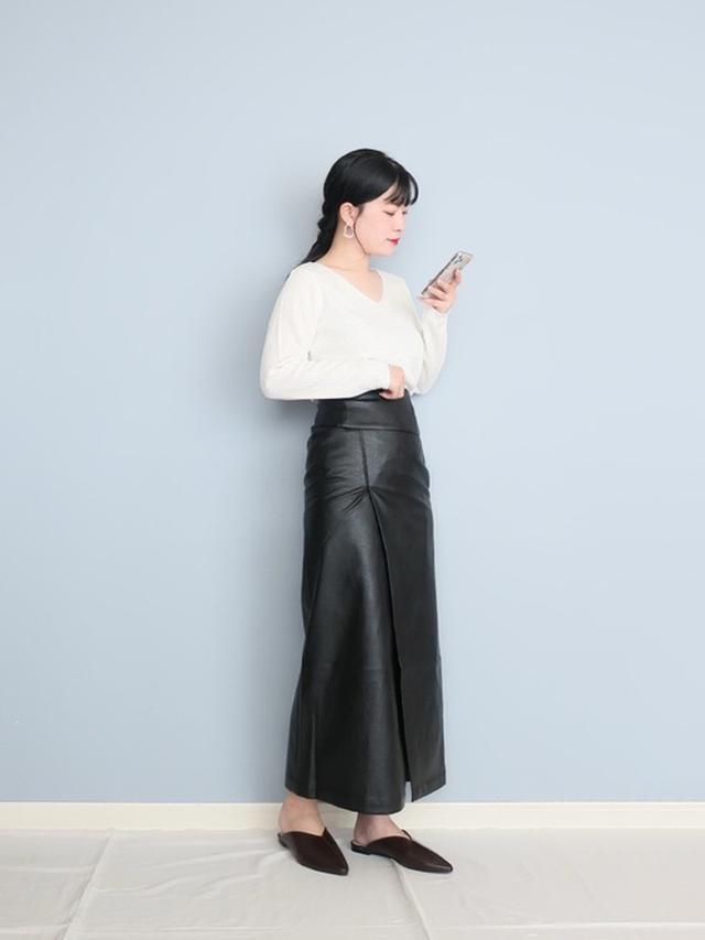 画像: 【reca】べーシックニット¥2,310(税込)【Lian】エコレザーラップスカート¥6,380(税込)【Fabby fabby】ミュール¥5,490(税込) 出典:WEAR
