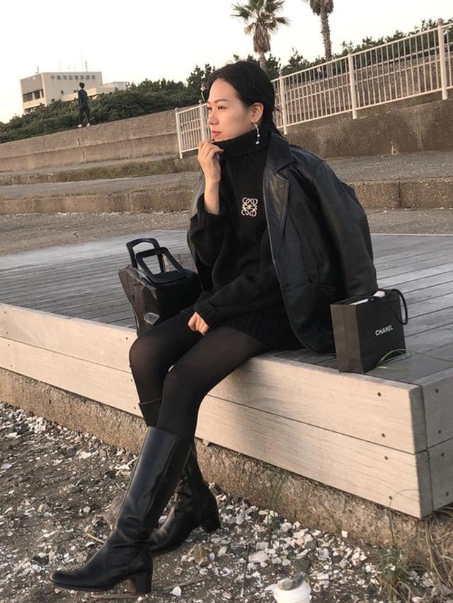 画像: 【GU】タートルネックニット【LOEWE】アナグラム ブローチ (真鍮)¥33,000(税込み)【titivate】ポーチ付きバッグ 出典:WEAR