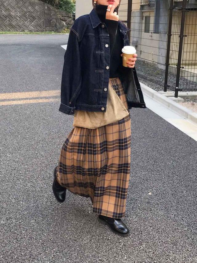 画像: 【O'NEIL of DUBLIN】ロングスカート¥27,500(税込)【LENO】デニムジャケット【UNIQLO】タートルニット平均価格¥2,000~【Hender Scheme】クロスバッグ¥16,500【SANDERS】シューズ平均価格¥50,000~ 出典:WEAR