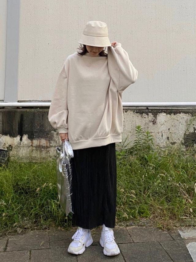 画像: 【LOWRYS FARM】スウェット平均価格¥4,000~ スカート¥4,400(税込)ハット¥2,750(税込)バッグ¥3,300(税込)【adidas】スニーカー平均価格¥8,000~ 出典:WEAR