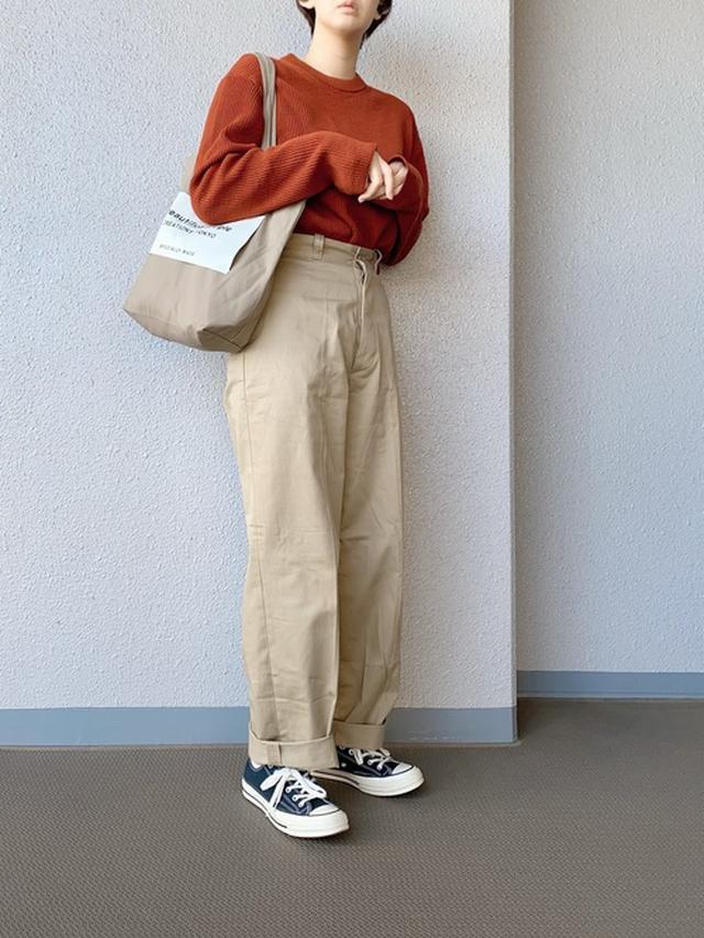 画像: 【ユニクロ】リブクルーネックセーター(長袖)¥4,389(税込み)【CONVERSE】スニーカー【beautiful people】トートバッグ 出典:WEAR