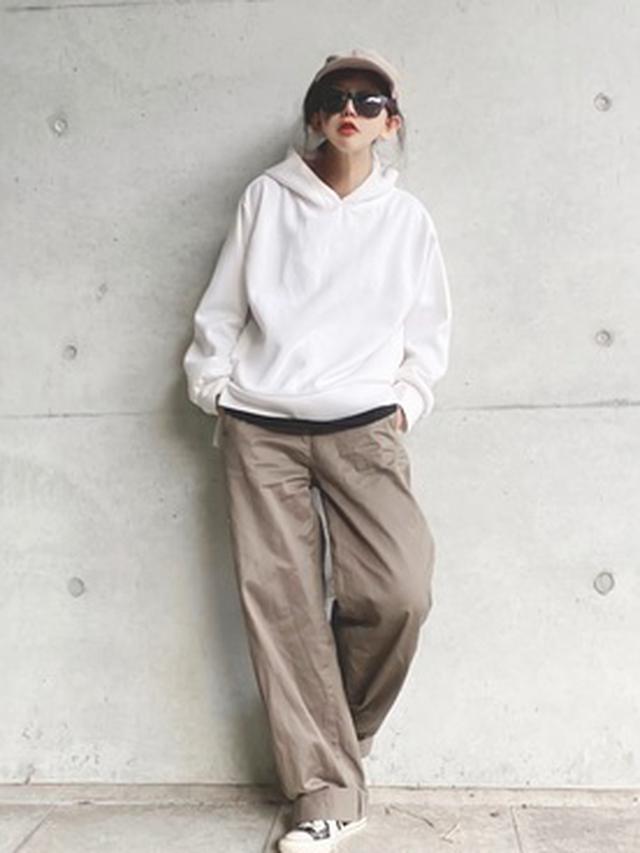 画像: 【Ambre Neige】パウダリーパーカー ¥4,290(税込) 【ユニクロ】ワイドフィットカーブパンツ ¥4,389(税込) 出典:WEAR