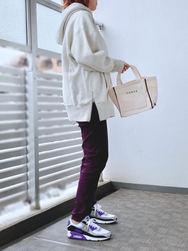 画像: 【NIKE】W AIR MAX 90 ¥13,200(税込) 【osharewalker】パンツ平均価格 ¥2,500~ 【Champion】Reverse Weave11.5ozフードトップス ¥12,980(税込) 出典:WEAR