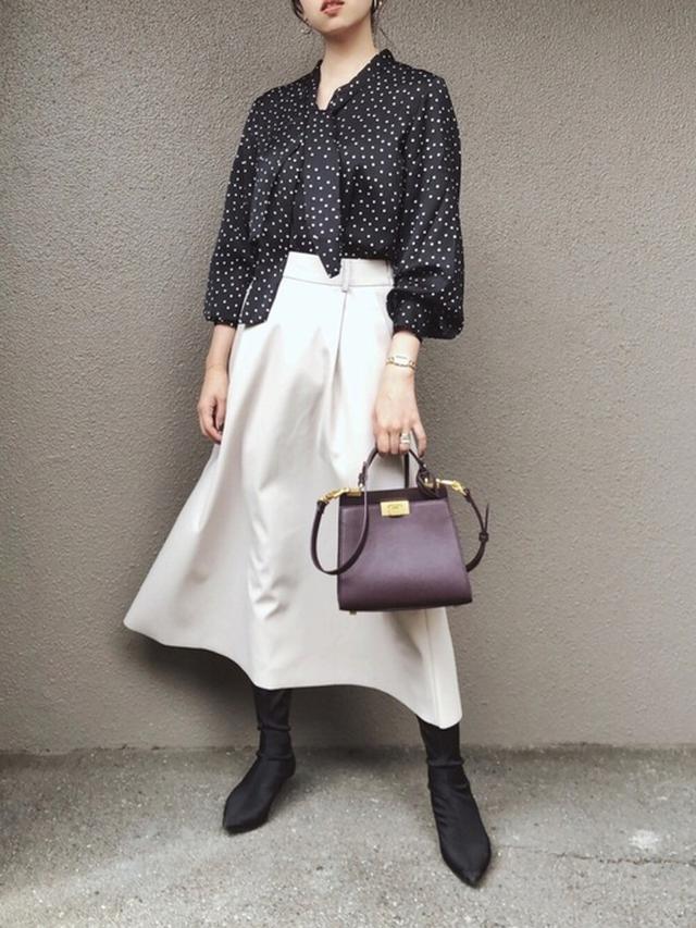 画像: 【GU】ブラウス平均価格 ¥2,000~ スカート平均価格 ¥2,000~ 【CHARLES & KEITH】クラシックプッシュロックバッグ ¥8,690(税込) 出典:WEAR