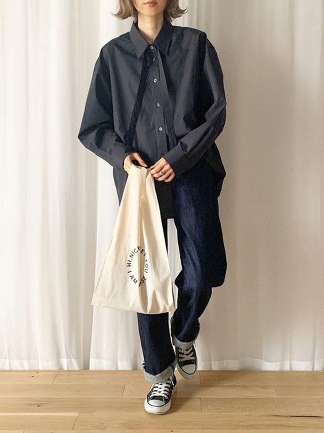 画像: 【ユニクロ】オーバーサイズボウタイシャツ ¥2,189(税込) 【idem】Ufufu Denim Pants ¥9,790(税込) 【CONVERSE】ALL STAR OX ¥4,950(税込) 出典:WEAR