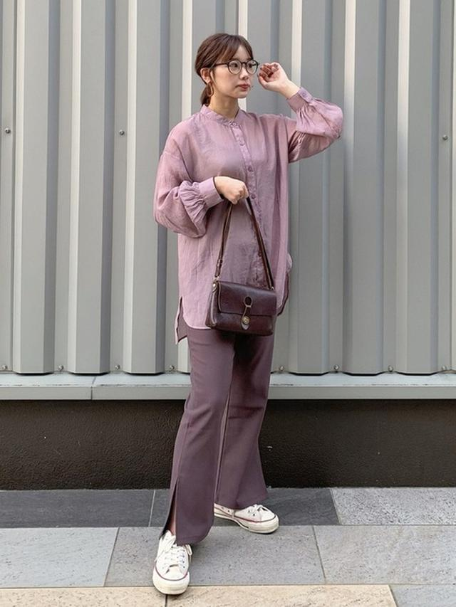 画像: 【GRL】バンドカラーシアールーズシャツ ¥1,399(税込) 裾スリットフレアパンツ ¥1,399(税込) 【CONVERSE】CANVAS ALL STAR J OX ¥13,200(税込) 出典:WEAR