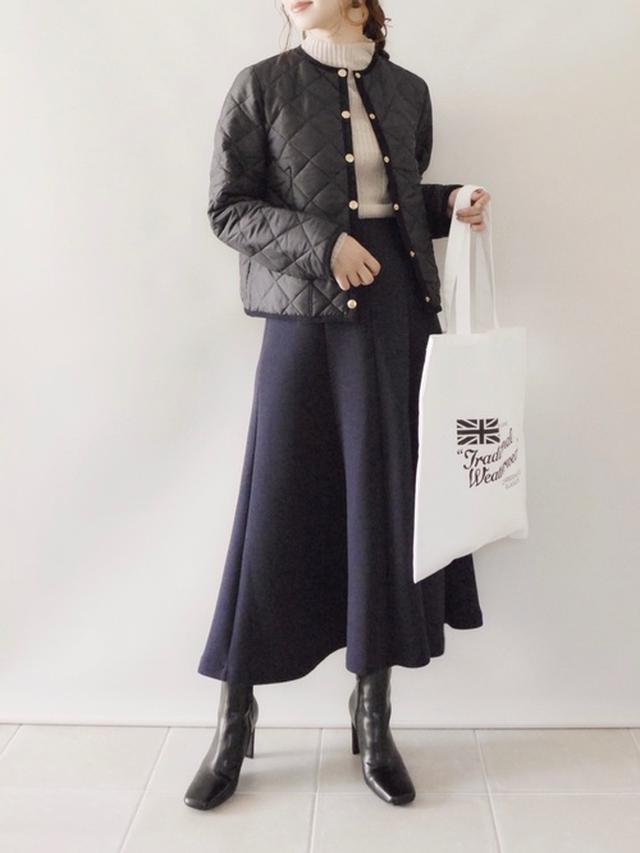 画像: 【Traditional Weatherwear】ショートブルゾン¥25,300(税込)バッグ¥2,970(税込)【LOWRYS FARM】ニット¥2,750(税込)【BABYLONE】スカート¥14,300(税込)【BASEMENT online】ブーツ¥7,480(税込) 出典:WEAR