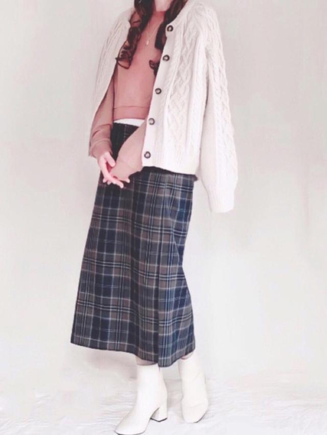 画像: 【GU】スカート平均価格¥2,500~ カーディガン平均価格¥3,000~ ブーツ平均価格¥3,000~【LIPSTAR】ニット¥5,940(税込)【DHOLIC】ネックレス平均価格¥1,000~ 出典:WEAR