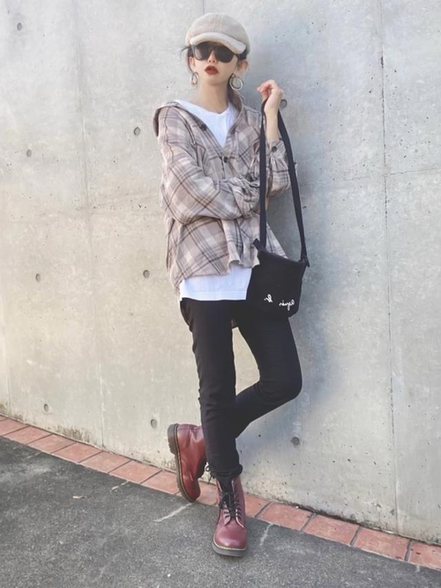 画像: 【Toyome】シャツ¥3,828(税込)【Dr.Martens】ブーツ¥26,400(税込)【agnes b.】バッグ¥5,280(税込)【GU】キャップ平均価格¥990~ 出典:WEAR