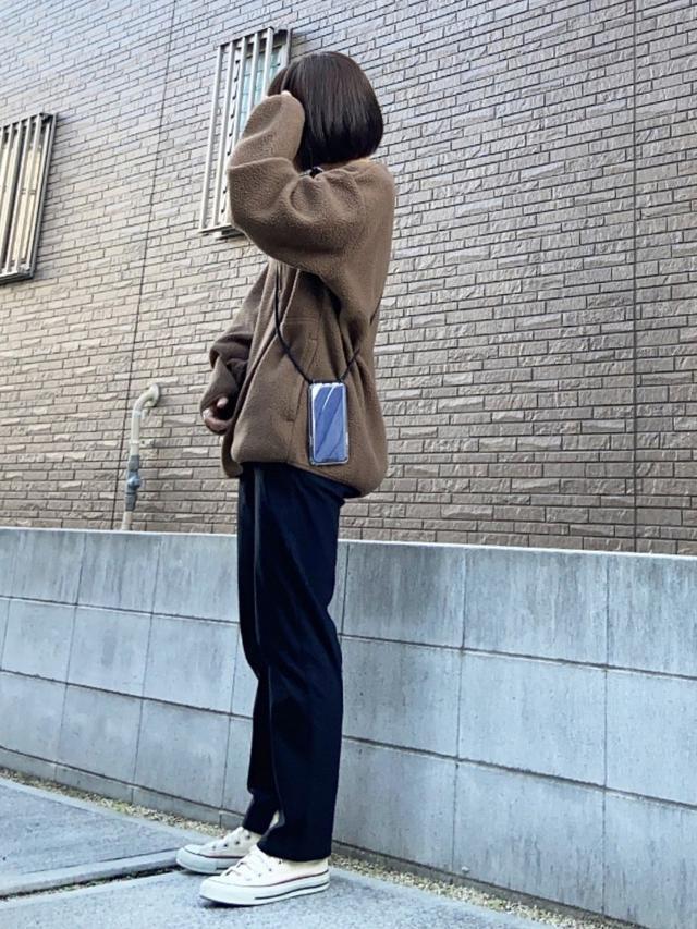 画像: 【GU】トップス平均価格¥2,000~ 【SENSE OF PLACE br URBAN RESEARCH】パンツ¥4,290(税込)【CONVERSE】スニーカー¥6,380(税込) 出典:WEAR