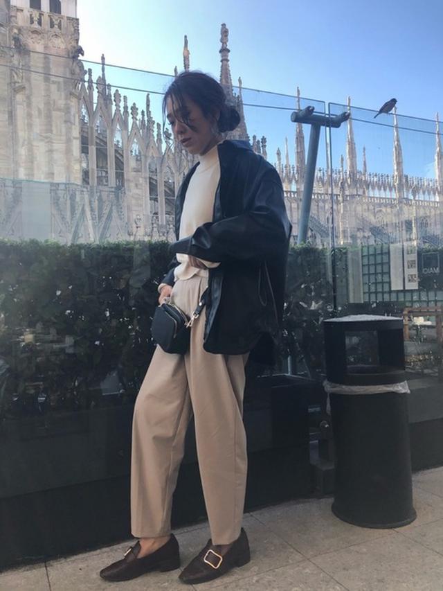 画像: 【H&M】シャツジャケット¥5,999(税込)バッグ平均価格¥3900~【GU】パンツ¥2,189(税込)【PAGEBOY】ニット¥2,750(税込) 出典:WEAR