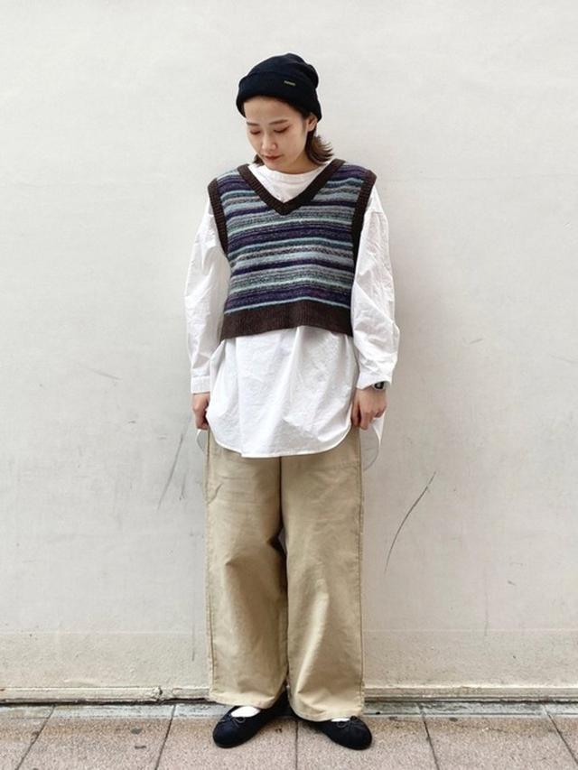 画像: 【niko and...】ニット帽¥2,090(税込)ベスト¥4,290(税込)ブラウス¥5,390(税込)パンツ¥6,490(税込) 出典:WEAR