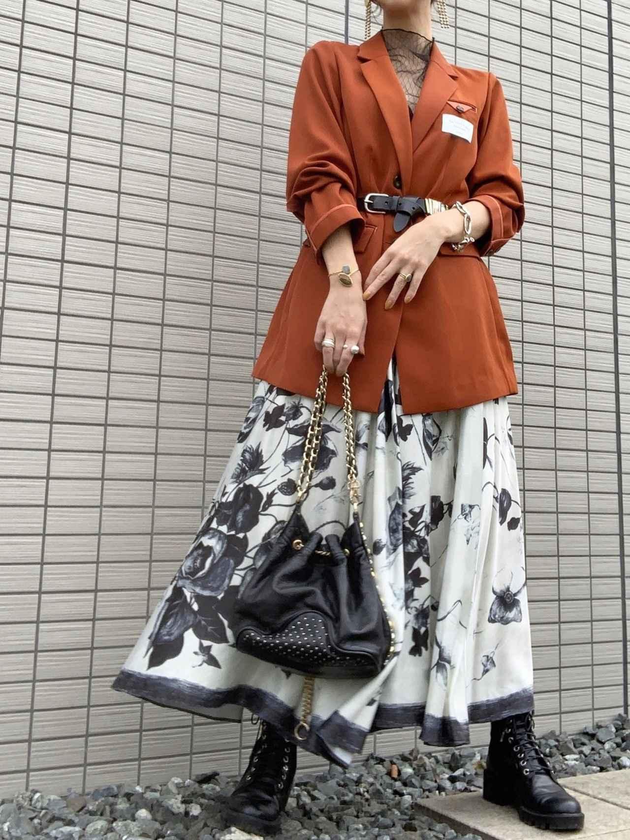 画像: 【AMERI】テーラードジャケット ¥23,100(税込)スカート ¥18,260(税込) 出典:WEAR