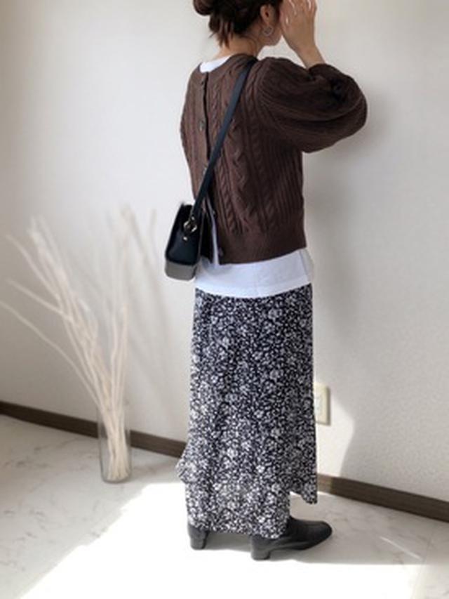 画像: 【ap retro】ボリュームスリーブケーブルニット2WAYカーディガン ¥3,960(税込) 【AUNT MARIE'S】小花柄マーメイドスカート ¥4,290(税込) 【SLOBE IENA】AFFRANCHIE ラウンドショルダーバッグ ¥7,700(税込) 【chuclla】スクエアトゥ ストレッチ アンクルブーツ ¥7,980(税込) 出典:WEAR