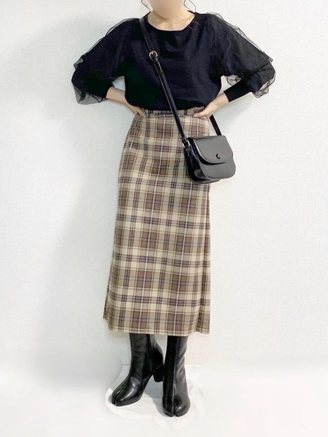画像: 【&. NOSTALGIA】袖チュールニットプルオーバー ¥3,190(税込) 【GU】チェックナロースカート ¥2,189(税込) 【Vivian】足袋デザインミドルブーツ ¥4,950(税込) 【ADOLESCENCE】丸ボタンラウンドショルダーバッグ ¥2,995(税込) 出典:WEAR