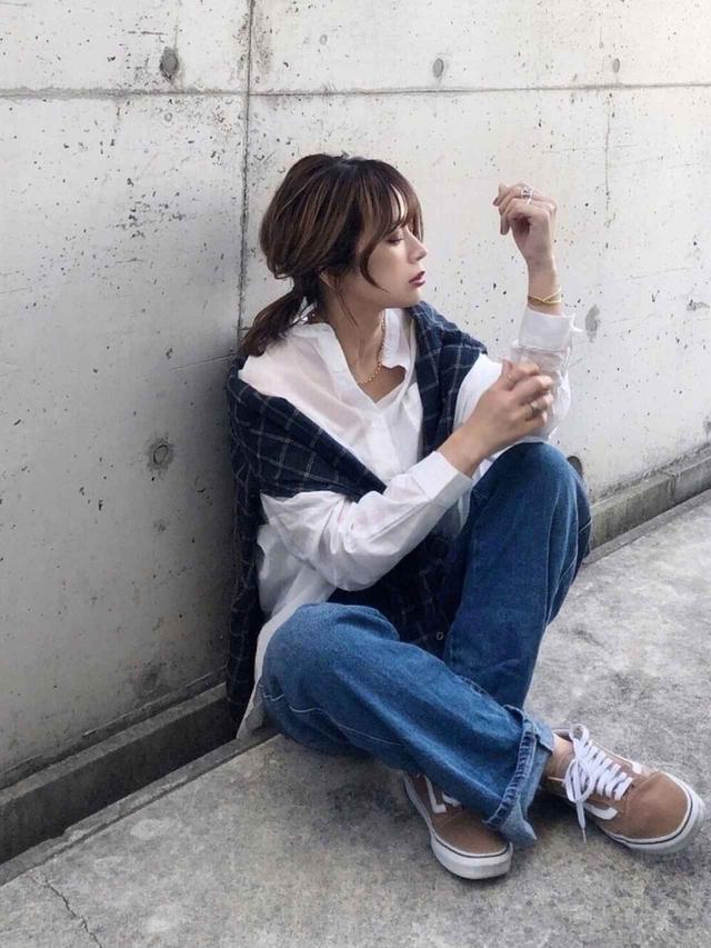 画像: 【ZARA】デニムパンツ平均価格¥5,900〜【ZOZO】ブラウス¥4,290(税込) 出典:WEAR