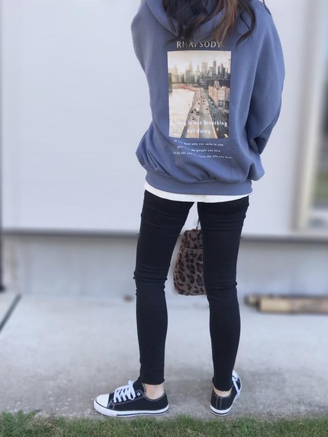 画像: 【Avail】スエットパーカー【UNIQLO】カットソー【ユニクロ】ウルトラストレッチジーンズ¥4,389(税込み)【しまむら】スニーカー 巾着バッグ 出典:WEAR