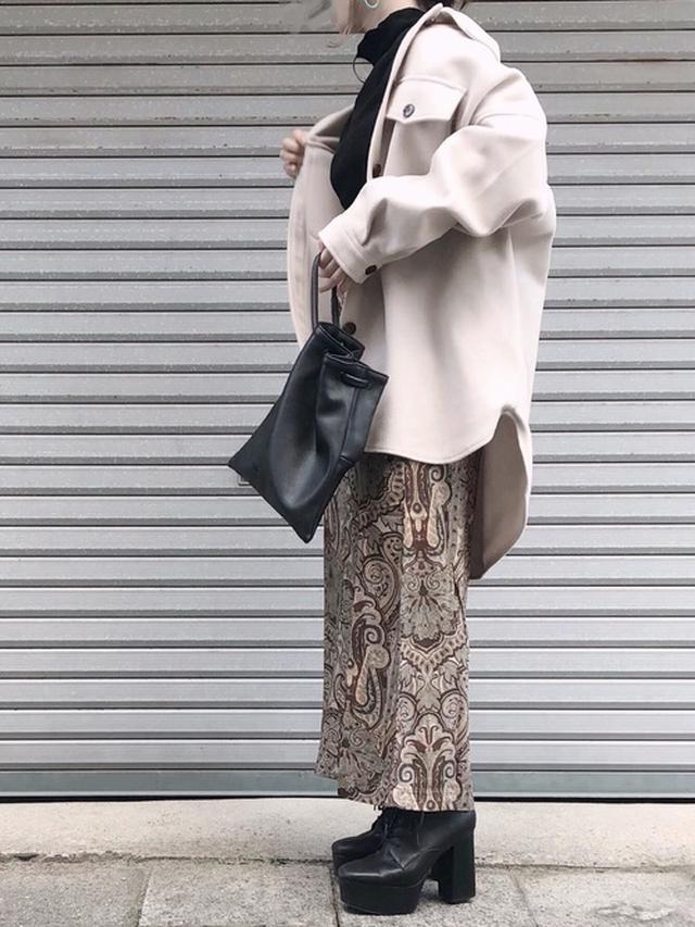 画像: 【Aunt Marie's】メルトンCPOシャツジャケット ¥5,390(税込) 【Kastane】ペイズリーIラインスカート ¥7,150(税込) 巾着フリンジミニバッグ ¥4,620(税込) 【R&E】チャンキーヒールレースアップショートブーツ ¥9,790(税込) 出典:WEAR