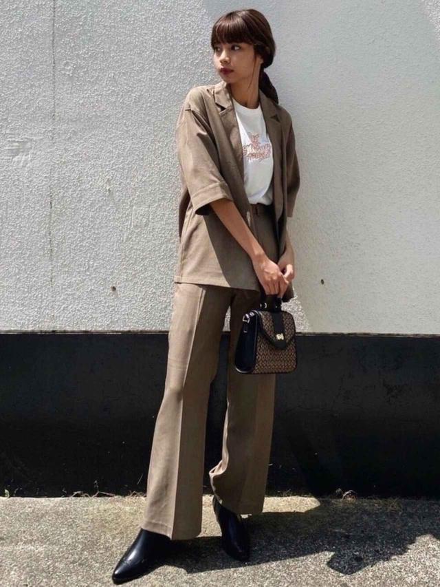 画像: 【MOUSSY】バッグ ¥6,600(税込)ジャケット¥9,900(税込)Tシャツ ¥4,400(税込)パンツ¥8,800(税込) 出典:WEAR