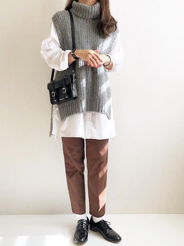 画像: 【URBAN RESEARCH】タートルニットベスト×シャツセット ¥15,180(税込) 【OMNES Another Edition】スーパーストレッチツイルタックパンツ ¥2,750(税込) 【Dr. Martens】7サッチェル BLACK レザーショルダーバッグ ¥17,600(税込) 【FREAK'S STORE】2WAYオックスフォードシューズ ¥13,200(税込) 出典:WEAR