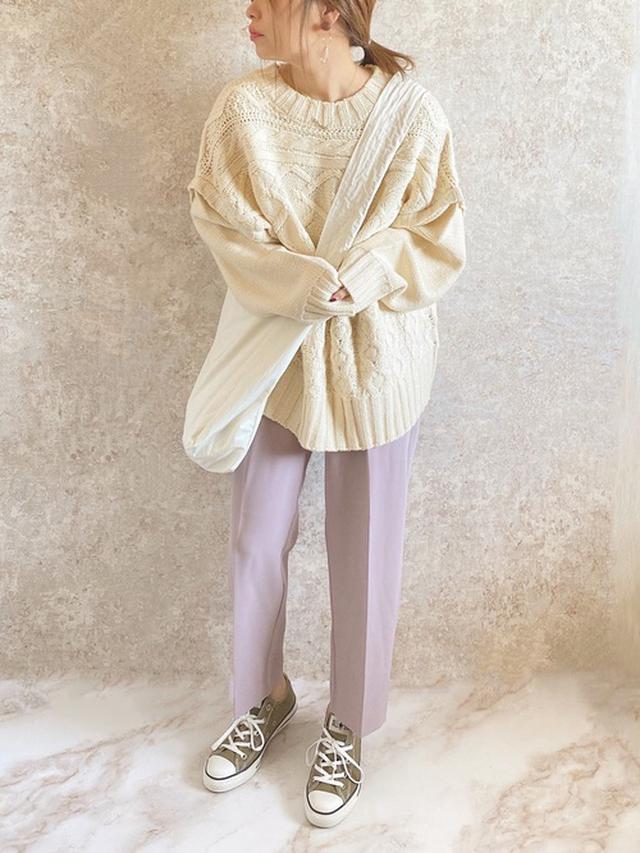 画像: 【Antie Rosa Holiday】ニット¥4,950(税込)【natural couture】パンツ¥3,190(税込)【TODAYFYL】バッグ¥7,700(税込)【CONVERSE】スニーカー¥7,150(税込) 出典:WEAR