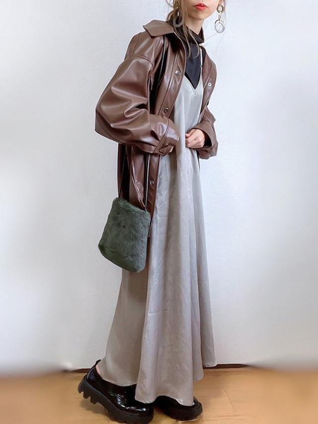 画像: 【ap retro】エコレザーオーバーシャツジャケット ¥6,490(絶対) ヴィンテージサテンキャミワンピース ¥4,290(税込) 【KOBE LETTUCE】エコファーミニショルダーバッグ ¥1,990(税込) 出典:WEAR