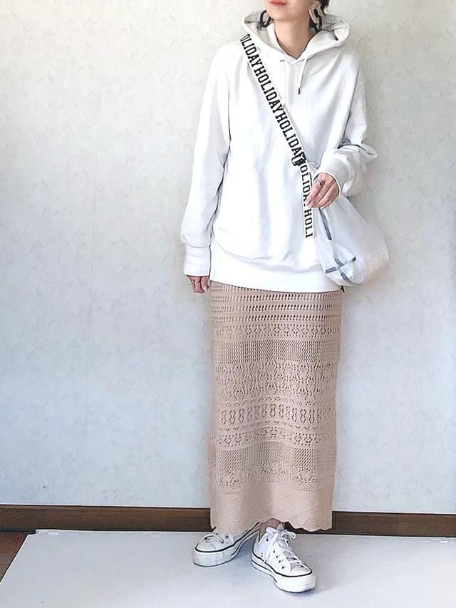 画像: 【ユニクロ】パーカー¥2,189【しまむら】スカート平均価格¥1,900〜【HOLIDAY】バッグ¥5,280【CONVERSE】スニーカー¥13,200 出典:WEAR