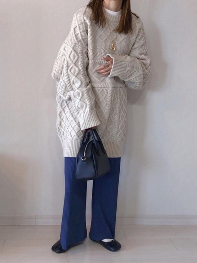画像: 【RETORO GIRL】パンツ¥2,530(税込)【select MOCA】ニット¥7,370(税込)【DONOBAN】パンプス¥4,950(税込) 出典:WEAR