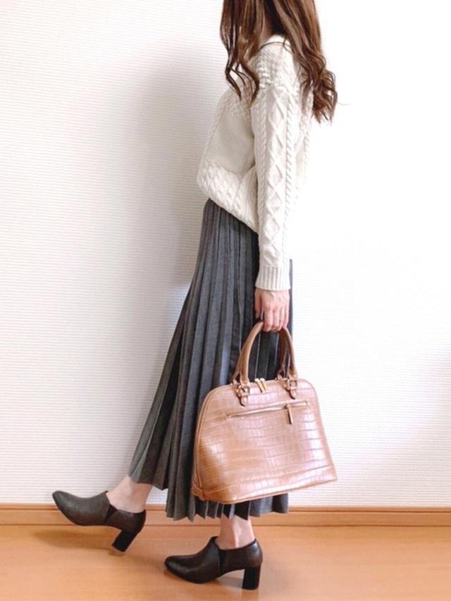 画像: 【GU】ニット平均価格 ¥2,500~ 【Ungrid】スカーフ付クロコ風型押しボストンバッグ ¥8,690(税込) 【ユニクロ】ブーツ平均価格 ¥4,500~ 出典:WEAR