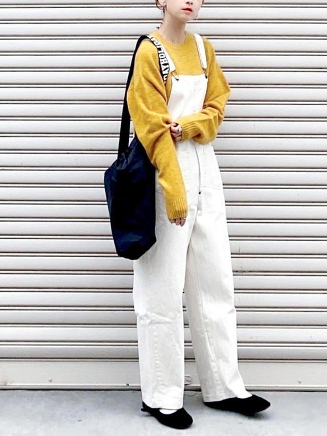 画像: 【ユニクロ】プレミアムラムクルーネックセーター ¥3,289(税込) 【CANAL JEAN】ツイルサロペット ¥14,157(税込) 【SVEC】シューズ ¥2,178(税込) 出典:WEAR