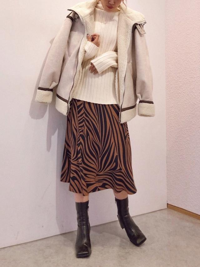 画像: 【EVRIS】スクエアトゥミドルブーツ ¥15,500(税込) サテンフレアミディスカート ¥7,700(税込) OVER SIZE B-3 ¥14,950(税込) ワイドリブボトルネックニット ¥6,589(税込) 出典:WEAR