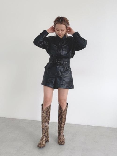 画像: 【ZARA】レザー風シャツ平均価格 ¥7,000~ レザー風ショートパンツ平均価格 ¥4,000~ 【SLY】VEGAN LEATHER KNEE ブーツ ¥17,600(税込) 出典:WEAR