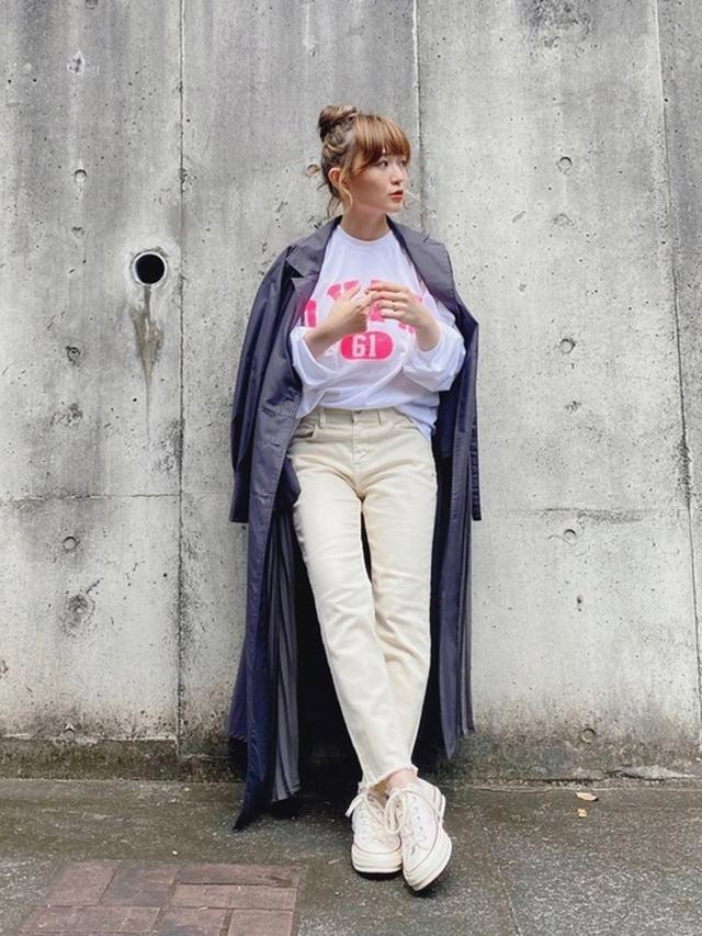 画像: 【yukichi.】accordion trench one-piece coat ¥12,100(税込) 【THE SHINZONE】O.X.F.D. プリントTシャツ ¥12,100(税込) 【Healthy denim】H.Salt HL ¥15,400(税込) 出典:WEAR