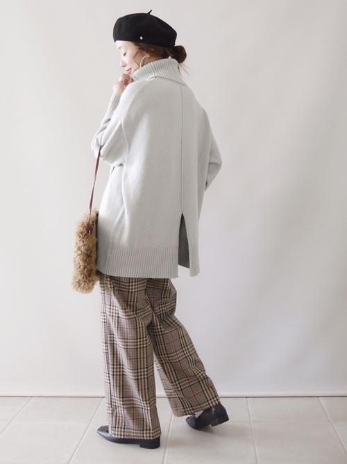 画像: 【and Me】パンツ¥2,490(税込)【mysty woman】ニット¥6,490(税込)シューズ¥6,490(税込)【kakatoo】バッグ¥14,300(税込)【TOPKAPI】ベレー帽¥4,400(税込) 出典:WEAR