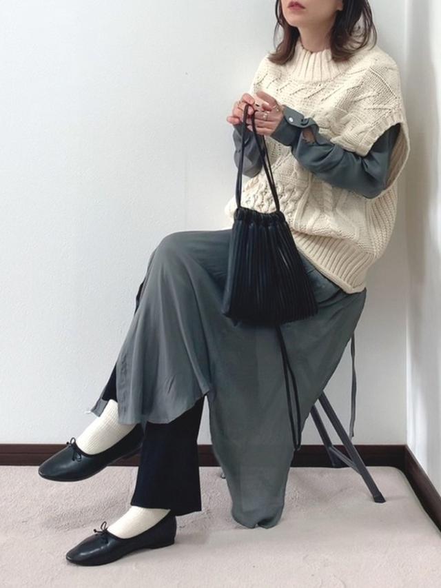 画像: 【Chaco closet】とろみサテンバックスリットロングシャツワンピース ¥4,290(税込) 【VACANCY】パッチワークケーブルニットベスト ¥3,960(税込) 【LOWRYS FARM】カットリブパンツ ¥3,850(税込) プリーツキンチャクBAG ¥3,850(税込) 出典:WEAR