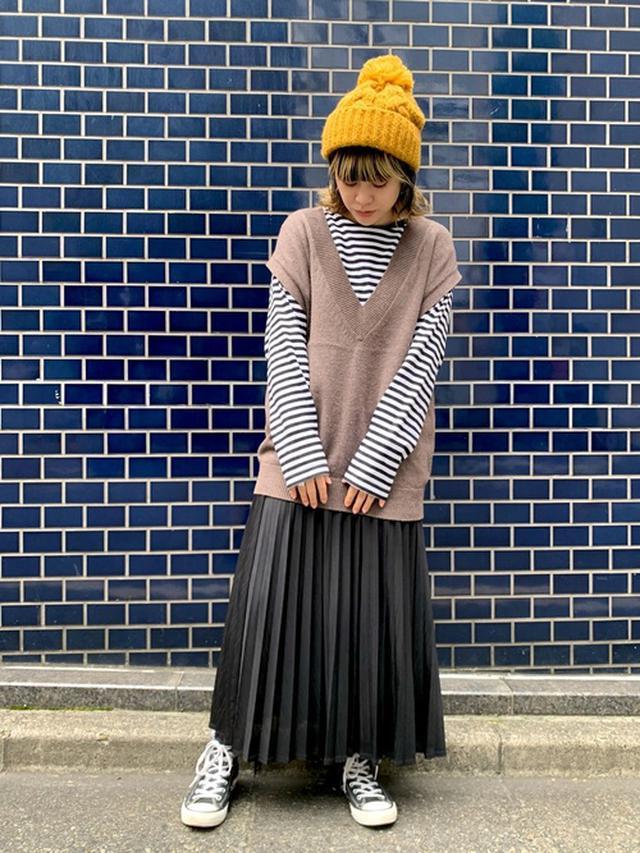 画像: 【無印良品】Tシャツ平均価格¥1,000~【niko and...】ベスト¥4,290(税込)【JEANASIS】スカート¥6,600(税込)【CA4LA】ニットキャップ¥7,370(税込) 出典:WEAR