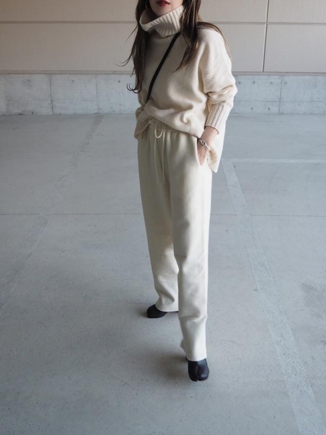 画像: 【Maison Margiela】ブーツ¥143,000(税込)【BABYLONE】ニット¥17,600(税込)【参考商品】パンツ 出典:WEAR
