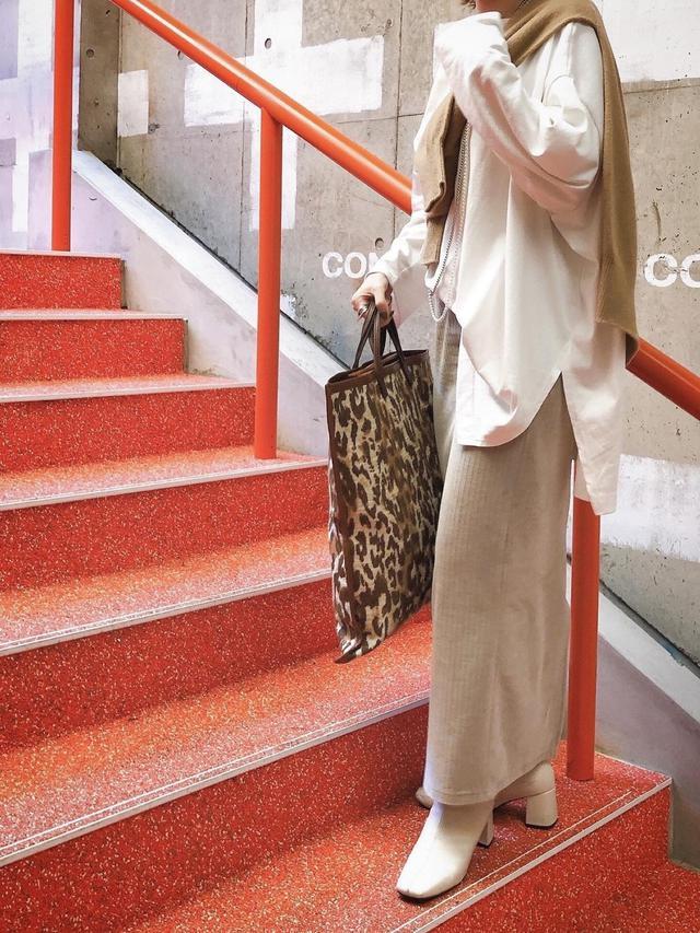 画像: 【DouDou】トップス¥8,690、スカート¥10,780、ネックレス¥4,400【参考商品】カーディガン、バッグ、ブーツ 出典:WEAR