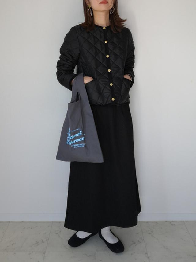 画像: 【DHOLIC】スカート¥2,970(税込)【Traditional Weatherwear】ジャケット¥25,300(税込)バッグ¥2,970(税込) 出典:WEAR
