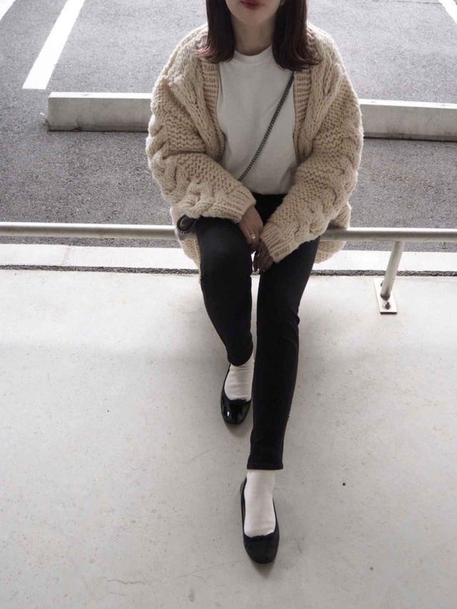 画像: 【TODAYFUL】カーディガン¥23,100(税込)【repetto】バレエシューズ¥37,400(税込) 出典:WEAR