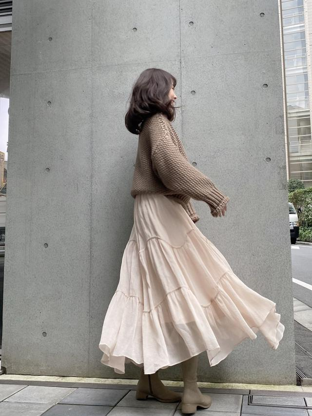 画像: 【SNIDEL】ブーツ¥17,600(税込)【Lily Brown】スカート¥12,980(税込)【AMAIL】ニット¥13,200(税込) 出典:WEAR