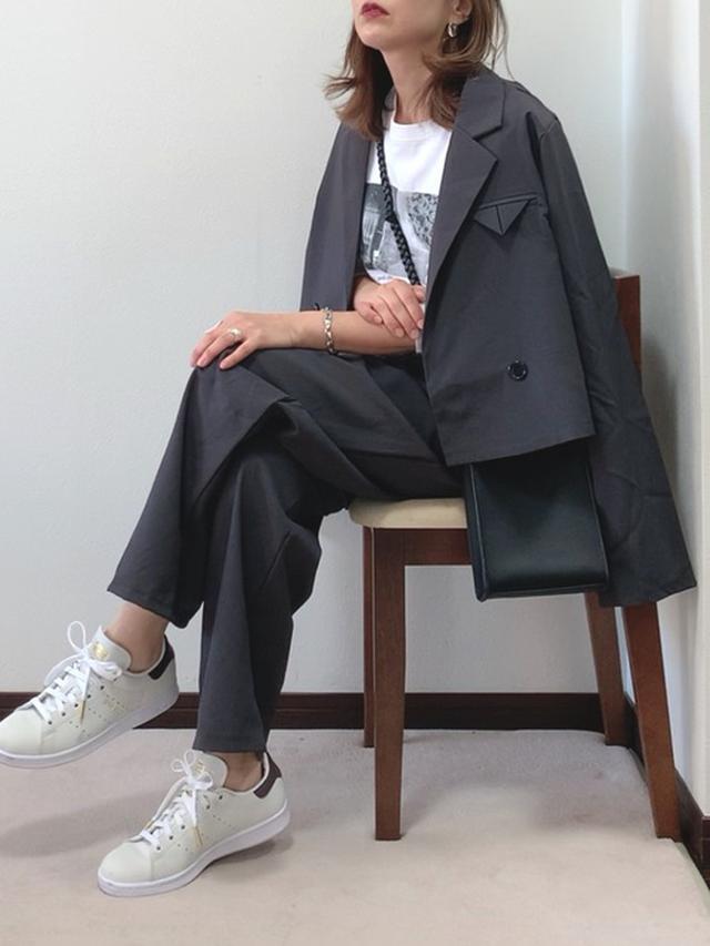 画像: 【ECRIRE】ジャケット ¥8,690(税込)【Lian】カットソー ¥5,500(税込)【adidas Originals】スニーカー¥15,400(税込) 出典:WEAR