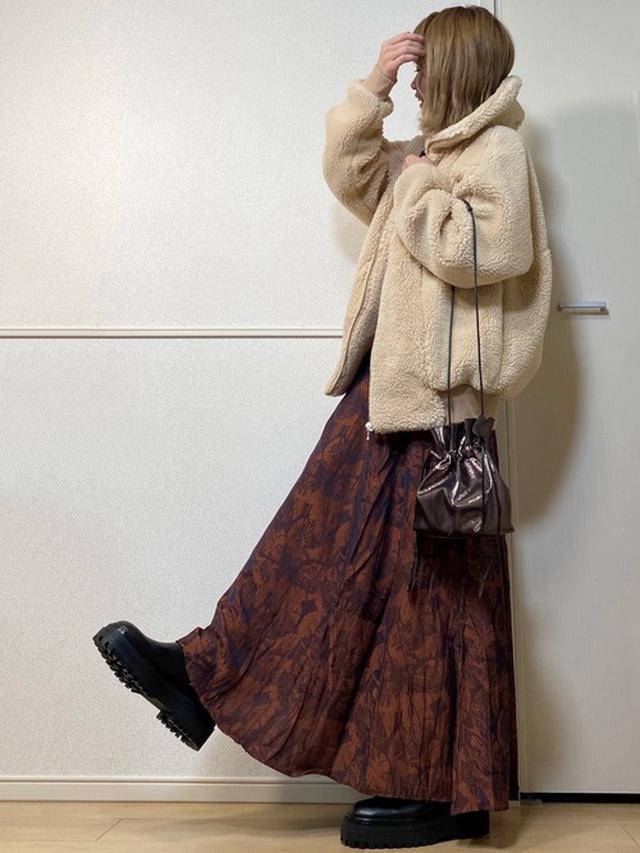 画像: 【CIENA】ビックシルエットムートンボアブルゾン ¥6,490(税込) 【ap retro】サテン花柄ジャガードフレアロングスカート ¥4,840(税込) 【Shelly island】メタリック巾着バッグ ¥2,750(税込) 出典:WEAR
