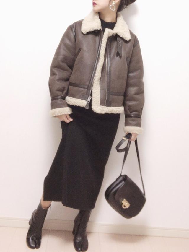 画像: 【SVEC】Tabi Boots ¥7,040(税込) 【FREAK'S STORE】W's B-3 FAKE MOUTON ¥19,250(税込) 【ユニクロ】メリノブレンドリブスカート ¥3,289(税込) 【edit sheen】リングモチーフフラップポシェット ¥6,712(税込) 出典:WEAR