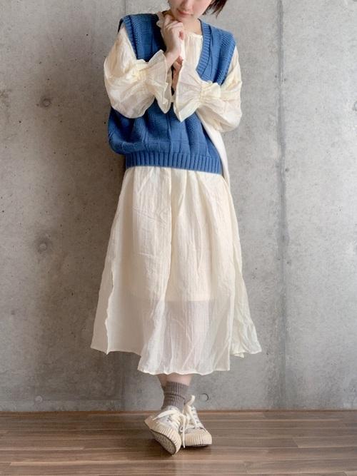 画像: 【VINTAGE】ニットベスト平均価格¥2,000~【Kastane】ワンピース¥8,690(税込)【Mathilda】スニーカー¥7,095(税込) 出典:WEAR